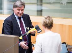 Wilfried Vandaele overhandigt bijl aan Joke Schauvliege