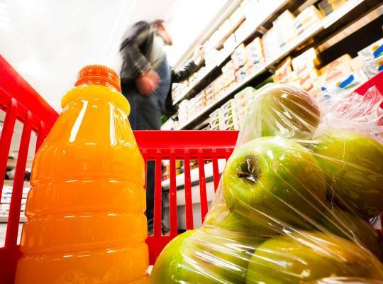 Producten met plastic verpakking in winkelmand
