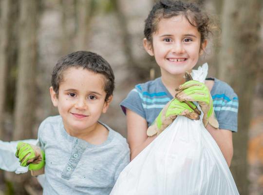 Kinderen ruimen zwerfvuil